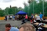 Z hokejbalového turnaje u příležitosti otevření víceúčelového hřiště.