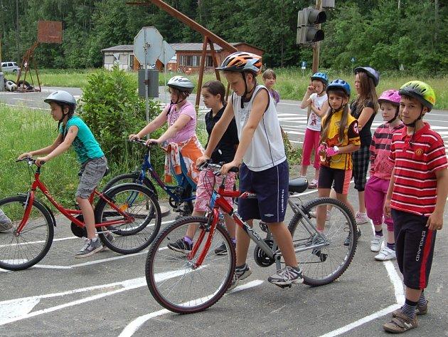 PRAKTICKÁ VÝUKA. Pobyt na domažlickém dopravním hřišti patří mezi dětmi k nejoblíbenějším částem dopravní výchovy.