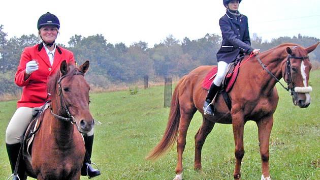 Hubertova jízda se v Chrastavicích  letos koná už pošesté, avšak poprvé bude startovat na louce u hřiště. Snímek je z jednoho z předešlých ročníků, Jana Mathauserová je na koni vlevo.