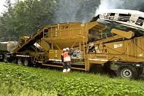 Zařízení, které vypadá jako neobvyklý vlak spřažený z několika strojů, umí na místě vyrobit ze staré silnice nový asfaltový koberec.