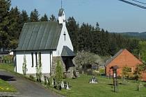 Díly se rozprostírají kolem kaple sv. Cyrila a Metoděje.