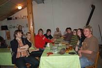 V HŘÍCHOVICKÉ DUPÁRNĚ PANOVALA VÝBORNÁ NÁLADA. Ping–pongový turnaj, kteří tu pořádali místní dobrovolní hasiči, byl nejen příležitostí pro vzájemné měření sil, ale také k setkání a povídání.