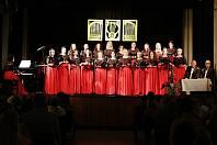 Ženský pěvecký soubor Canzonetta zazpívá v domažlických alejích.