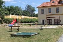 Dětské hřiště v bytovém komplexu bývalých kasáren.