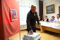 Z voleb v Srbech. V pátek krátce před 21. hodinou odvolil Vladimír Oleník.