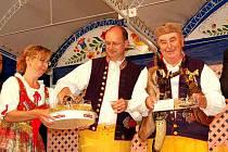 KŘEST CD KONRÁDYHO DUDÁCKÉ MUZIKY. Šampaňské na přípitek naléval za asistence své sestry Ivany Červené čerstvý padesátník Vlastimil Konrády, pokřtěné CD nedal z rukou jejich otec Antonín Konrády.