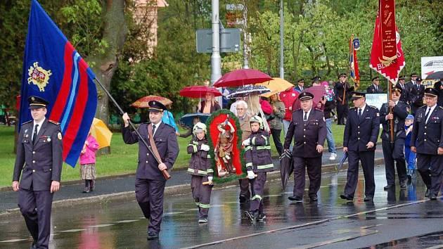 Hasičský průvod k svátku sv. Floriána v Domažlicích.