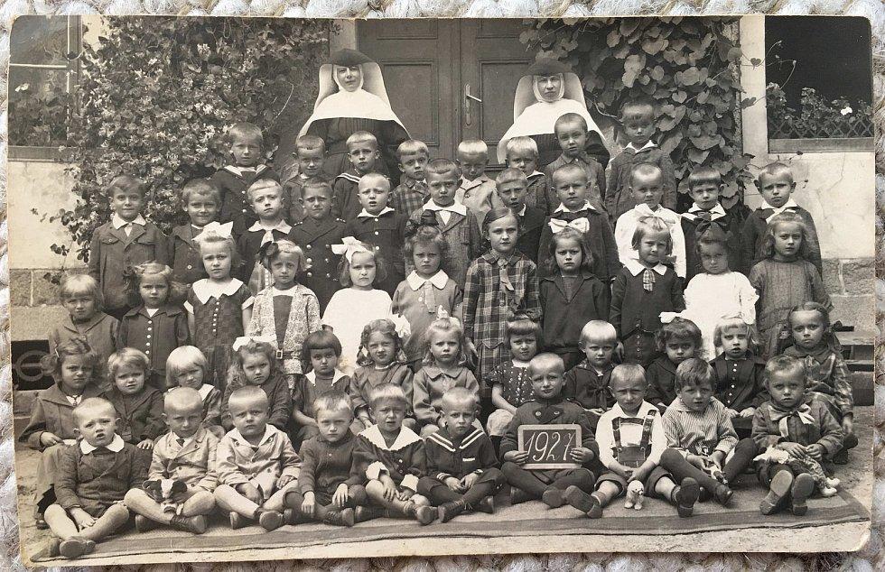 Historička Kristýna Pinkrová připravuje publikaci o historii Bělé nad Radbuzou a okolí. Na snímku z roku 1927 je školka se řeholnicemi.
