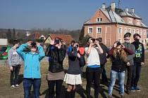 Staňkovští školáci pozorují zatmění Slunce.