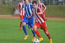 Snímek z domácího utkání Domažlic se Zápy ze sezony 2014/2015, na němž je kanonýr Petr Došlý (č. 16).