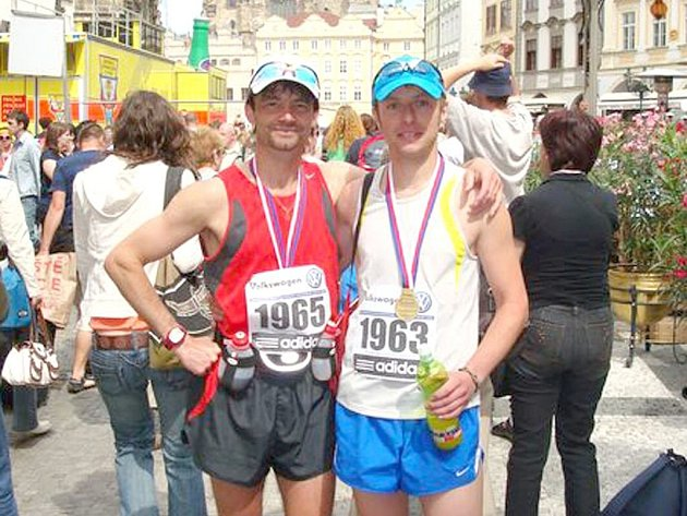 MARATONEC Z DOMAŽLIC. Jan Zelenka (vlevo) se před startem dvaačtyřicetikilometrového závodu nezapomněl vyfotit. Foto: archiv Jana Zelenky