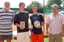 VÍTĚZ LOŇSKÉHO TURNAJE Lubomír Majšandr s ředitelem turnaje Luďkem Thomayerem a starostou Horšovského Týna Josefem Holečkem.