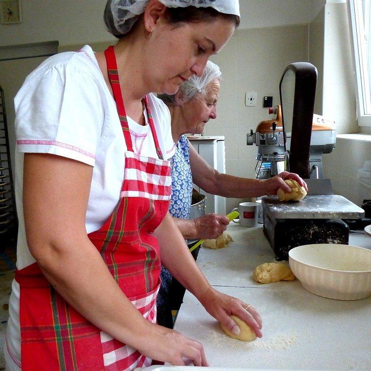 Příprava a zdobení koláčů na Dolním Chodsku.