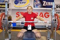 JANA SZMIGIELOVÁ na mistrovství Evropy zvedla činku o hmotnosti 80 kilogramů, což je o bezmála 15 kg více, než váha samotné závodnice.