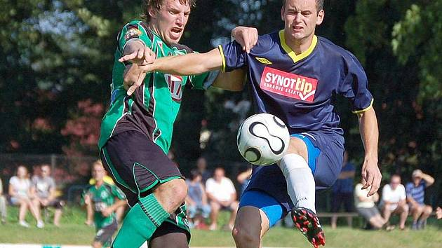 TOMÁŠ BAHLEDA (v pravo) se v utkání proti Voticím blýskl dvěma góly. Snímek je z utkání proti ´béčku´ Příbrami.
