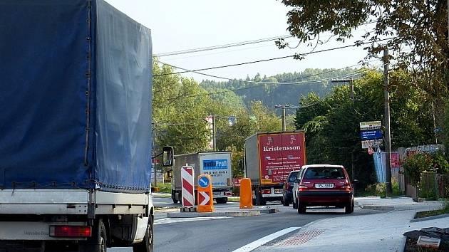 Z opraveného silničního průtahu obce Březí.