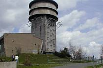 VELKÝ ZVON. Vojenská věž je vidět zdaleka a bývala před lety občas přístupná při Dni otevřených dveří.