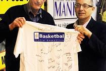 Předseda klubu Basketbal Jiskra Domažlice Tomáš Budka (vpravo) předal před zápasem s BC Slaný tréninkové triko s podpisy celého týmu nejvěrnějšímu fanouškovi Jiřímu Holému.