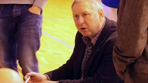 Trenér basketbalistů Jiskry Karel Štípek při udílení pokynů.