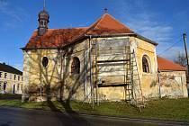 Oprava kaple ve Štítarech. Socha a sluneční hodiny.