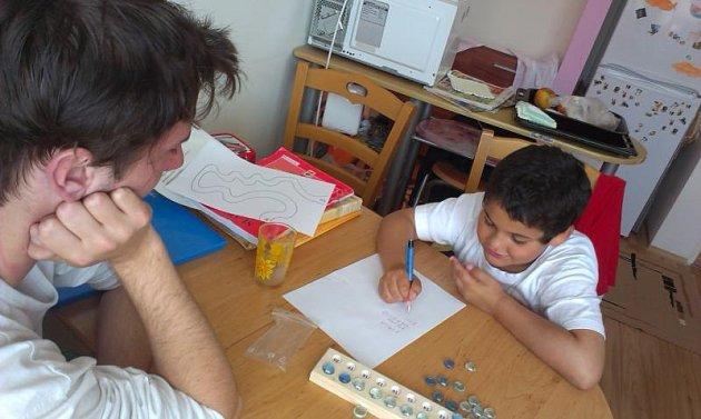 Dobrovolníci pomáhají hlavně s individuálním doučování.