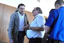Soud s trojicí mužů obviněných z padělatelství a dávání falešných bankovek do oběhu.V současné době je jediným vazebně stíhaným Josef Liška. Na snímku v rozhovoru s obhájcem.