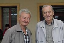 KVŮLI PARNIČCE SI PŘIVSTALI. Bývalý strojvedoucí (zleva) Josef Šlajs a také Rudolf Gebauer z Domažlic si nenechali v sobotu ujít návštěvu parničky na domažlickém nádraží.
