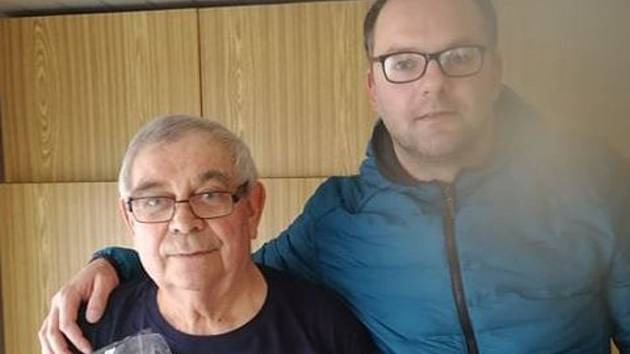 Předseda FK Staňkov Jiří Výrut (vlevo) se v úterý 31. března dožil kulatého jubilea 80 let věku. Za klub mu k tomuto výročí popřál i místopředseda Ondřej Bauer (vpravo).