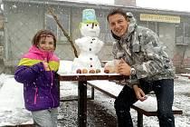 Lukáš Němeček se svou dcerou Sarah Vivian na Čerchově postavili sněhuláka s pomlázkou.