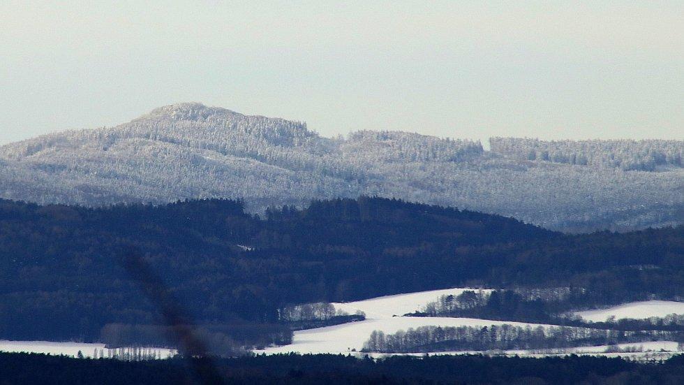 Rozhledna na Šibeničním vrchu nad Horšovským Týnem a výhledy do širokého okolí.