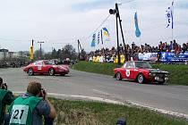 ATRAKTIVNÍ PODÍVANÁ. Pro Historic Vltava Rallye je typický velký zájem diváků i fotografů, které lákají slavná soutěžní auta nedávné minulosti. Na snímku jede vpředu Lancia Fulvia a za ní Porsche 911.