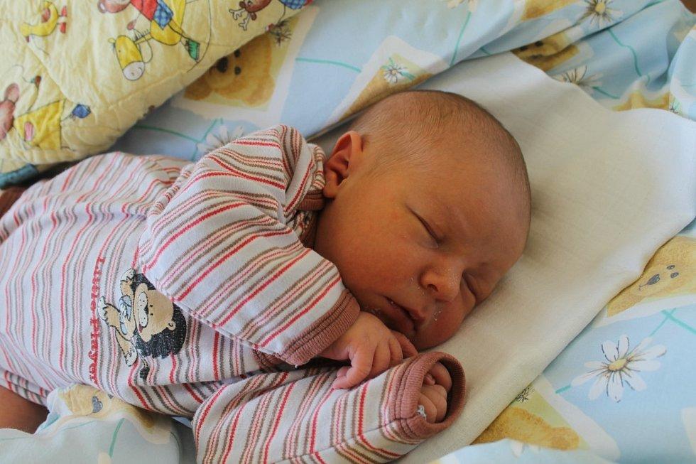 Nikolas Mencl z Plzně (3470 g, 51 cm) se narodil 10. srpna v Domažlické nemocnici mamince Zuzance Menclové a tatínkovi Jaroslavu Jůnovi. Jméno pro jejich prvorozeného vybírala maminka. Překvapit se ale nenechali, věděli, že se jim narodí chlapeček.