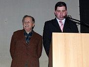 OCENĚNÝ JAKUB LEDVINA (vlevo), který se dlouhých 24 let staral o klenečské obecní lesy.