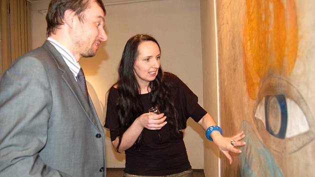 Sam musela podrobně vysvětlit místostarostovi Domažlic Pavlu Wolfovi, který má k výtvarnému umění hodně blízko, jak její obrazy vznikají.