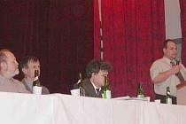 Místopředseda ČRS MO Horšovský Týn Ladislav Walter (zcela vpravo) na archivním snímku ze schůze rybářů. Druhý zleva je předseda Miroslav Kabourek.