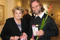 Malý dárek předala Petru Jindrovi při vernisáži v Galerii bratří Špillarů  jeho kolegyně Marie Zajíčková.