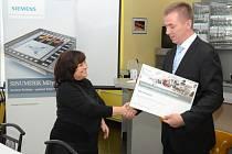 PARTNERSTVÍ. Jiří Karas, ředitel jednoho z obchodních úseků firmy Siemens, předává ředitelce SOU Domažlice Zdeňce Buršíkové osvědčení Certifikovaného partnera pro CNC školení.