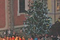 Vánoční strom se na domažlickém náměstí rozsvítil už ve čtvrtek.