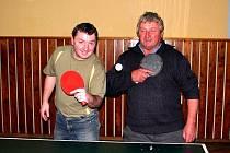 Nejstarší účastník turnaje 63letý Jaroslav Vítek se nechal zvěčnit s Michalem Fictumem.