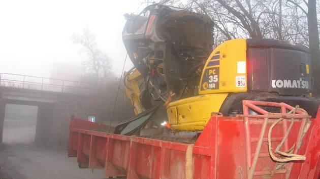 Rypadlo zničené nárazem do viaduktu.