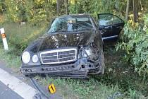 Riskantní jízda třiadvacetiletého řidiče mercedesu skončila těžkým zraněním jednoho ze spolujezdců, lehkým zraněním dalšího a zdemolovaným autem v příkopu. Nezodpovědný řidič je podezřelý z těžkého ublížení na zdraví