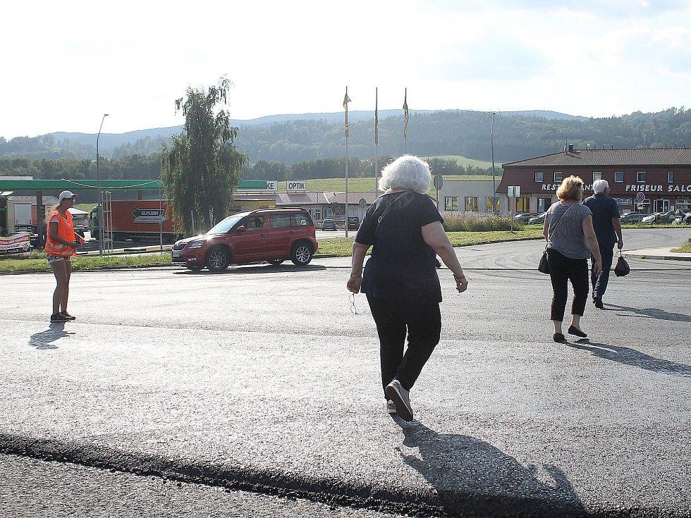 Silničáři už začali opravovat více než kilometrový úsek komunikace první třídy na Folmavě. Doprava je v místě řízena kyvadlově, ve špičce se tady tvoří fronty.