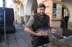 Z prvního prodeje ryb před domažlickou radnicí.