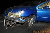 Havarovaný Peugeot, který řídil opilý řidič.