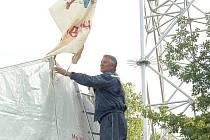 Velitel okrsku Tomáš Kohel věší na stan historickou vlajku z roku 1983, kterou pro cvičení ´dobráků´ vytvořil dnes už zapomenutý autor.