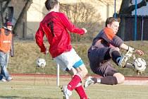 PUSŤ MĚ. V pruhovaném dresu se smíčem snaží přes manětínského hráče probít Ondřej Janka, který v posledním duelu s Chrástem otevřel skóre utkání.