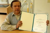IVAN NIKL. Čestným uznáním ocenily Syndikát novinářů a společnost Pro Bohemia jeho publikační činnost.