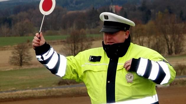 Příkaz k zastavení vozu. Ilustrační foto.