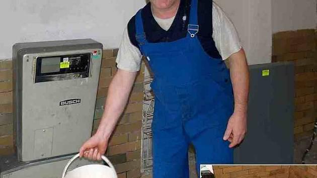 Předseda zahrádkářů Miroslav Bayer s vylisovaným moštem chce zjisti, kolik šťávy se podařilo z jablek dostat. Vpravo dole placka z rozdrcených jablek po vylisování. Foto: Zdeněk Huspek