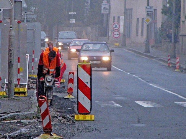 Opravy v Nádražní ulici v Horšovském Týně, do kterých se pustilo Ředitelství silnic a dálnic Plzeň, zahrnují také výměnu kanálů a potrubí.